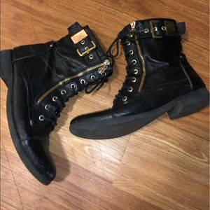 G BY GUESS Size 9 Black and Gold Ankle Boots